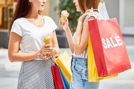 Pretty Girls Shopping in de uitverkoop Stockfoto