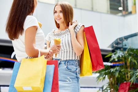Mooie vrouwen winkelen in winkelcentrum