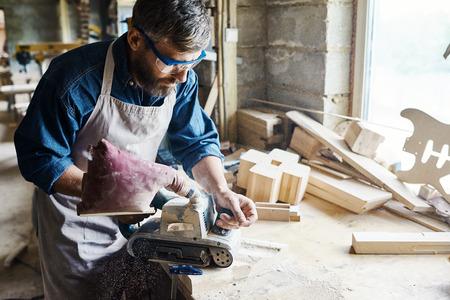 Profil, artisan talentueux, restauration, vieux, bois, meubles, aide, ponceuse à bande Banque d'images - 85540647
