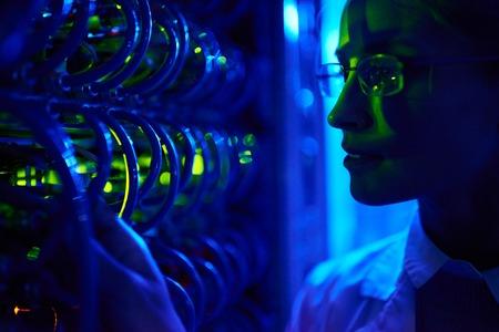 네온 불빛에 서버 캐비닛의 와이어 케이블로 아름다운 여성의 얼굴의 근접 촬영의 초상화