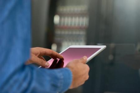 서버 캐비닛, 복사본 공간의 배경이에 대해 디지털 태블릿을 사용하여 시스템 관리자의 근접 촬영 스톡 콘텐츠