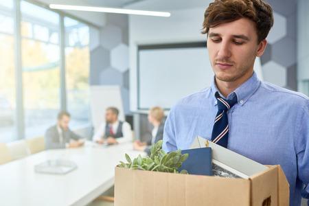 悲しい若者が仕事を辞め