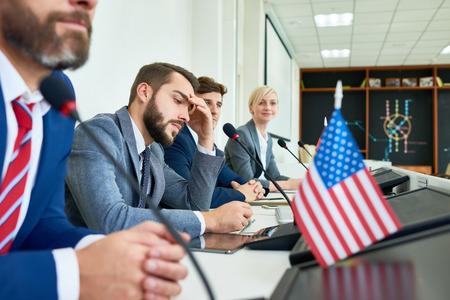 Rij van politici in persconferentie