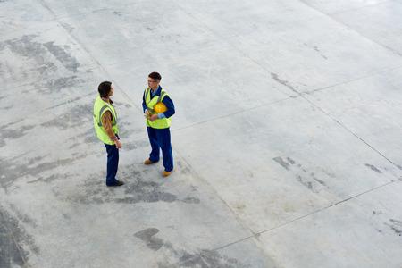 건설을 논의하는 공동 작업자