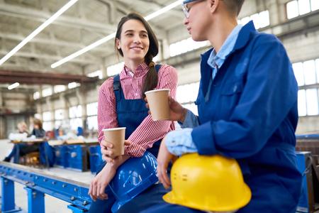 커피 휴식을 가진 쾌활한 여성 노동자 스톡 콘텐츠