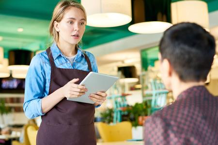 Jonge serveerster bestellingen in café nemen Stockfoto - 90609216