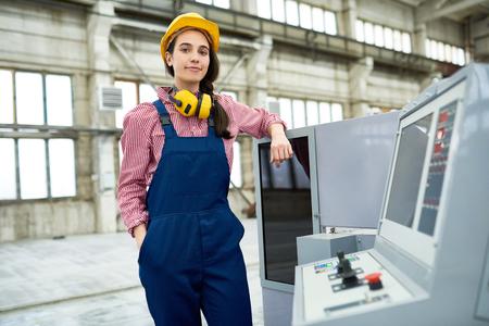 직장에서의 자신감있는 CNC 전문가