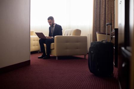 ホテルの部屋で働くビジネスマン