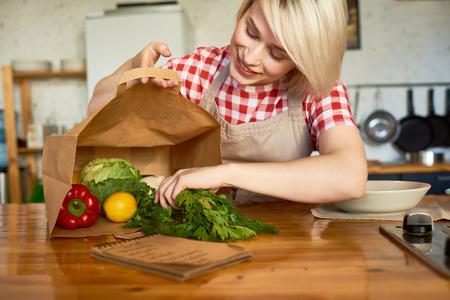 Mooie huisvrouw in gezellige keuken