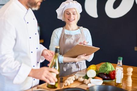 Portret van getalenteerde chef-kokassistent