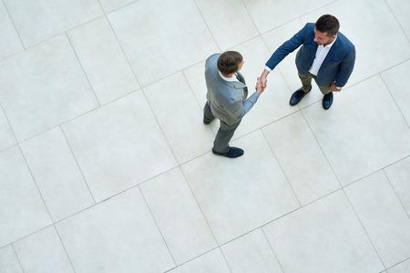 Uomini d'affari, stretta di mano, vista dall'alto