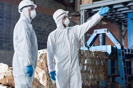現代工場のハズマットスーツの労働者