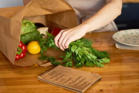 女性空の食料品袋 写真素材 - 91830280