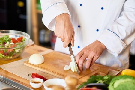 Chef Cortando Cebollas Para Ensalada