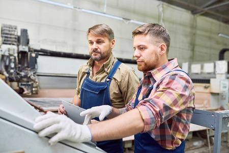 deux travailleurs opérant machines à l & # 39 ; usine Banque d'images
