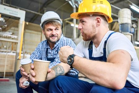 Bauarbeiter, die auf Kaffeepause plaudern
