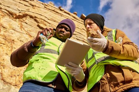 광부는 광물에 대한 작업장 검사 스톡 콘텐츠