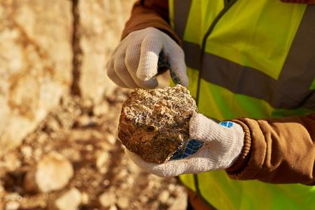 鉱物のチャンクを保持する鉱夫