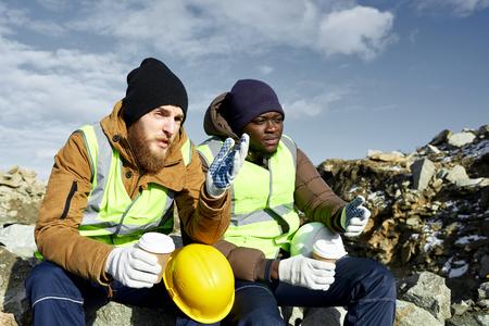 알래스카에서 커피를 마시는 노동자들