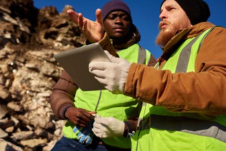土地を検査する金鉱夫 写真素材