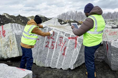 花崗岩のブロックをマーキングする労働者 写真素材