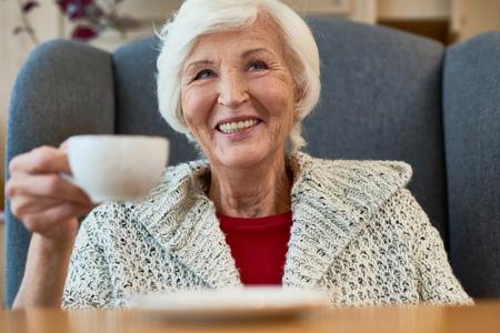 陽気な年配の女性の肖像画 写真素材