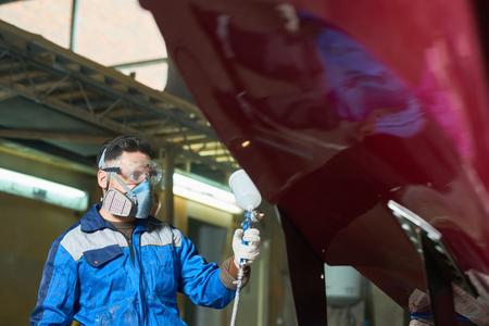 Modern Worker Painting Boat in Workshop 版權商用圖片