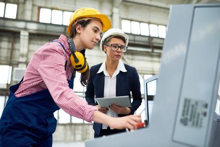 Vrouwelijke werknemers bij moderne fabriek Stockfoto