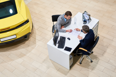 차를 사는 클라이언트 서명 서류 스톡 콘텐츠