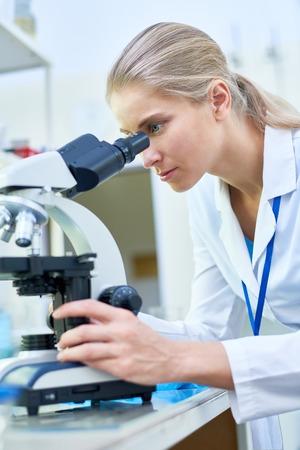 Weiblicher Wissenschaftler , der Mikroskop verwendet Standard-Bild - 93849940