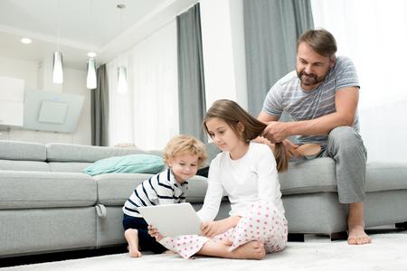 Famiglia che gode del fine settimana a casa Archivio Fotografico - 93950120