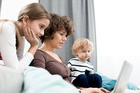 Famille réunie dans le salon Banque d'images - 93950128