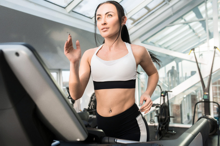Young Woman Running on Treadmill Stockfoto
