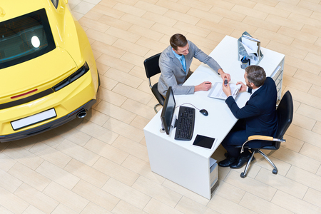 Businessman Signing Papers to Buy Car Stockfoto