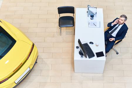 전화로 말하는 자동차 판매원 스톡 콘텐츠