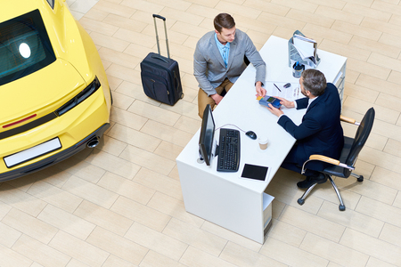 Businessman Paying for  Car Stockfoto