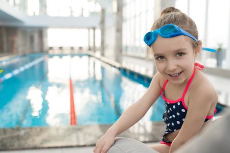 Portret van vrolijke kleine zwemmer