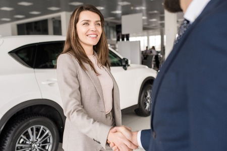 Woman Shaking Hands with Car Salesman Stockfoto