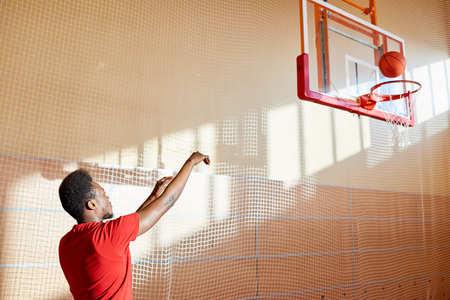 コートで熟練した若いバスケットボール選手のトレーニング