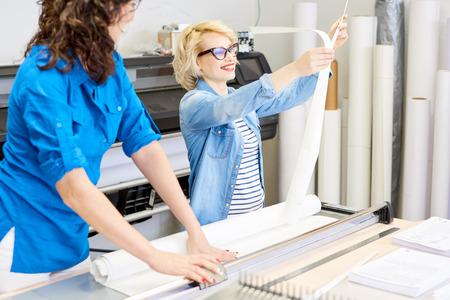 Zwei Frauen arbeiten in der Druckerei Standard-Bild - 95565695