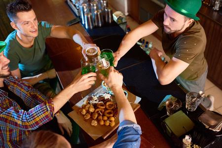Irish Friends Celebrating Saint Patricks Day Stockfoto
