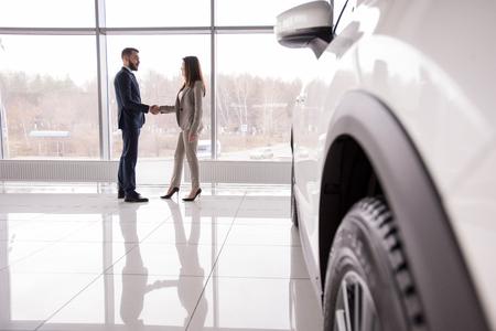 Vendeur de voitures se serrant la main avec du client Banque d'images - 96462728