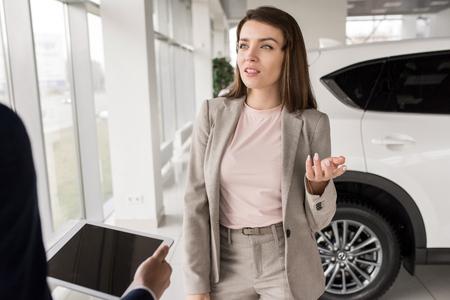 Businesswoman Choosing New Car Stockfoto
