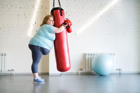 Smutna, otyła kobieta, trening w siłowni
