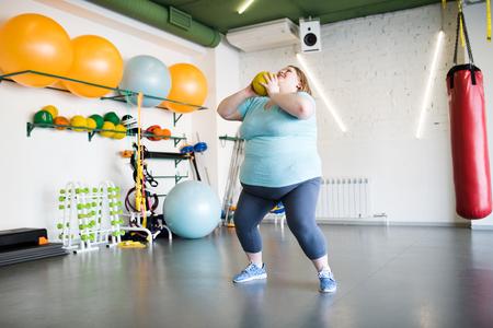 Overweight Woman Doing Squats Standard-Bild