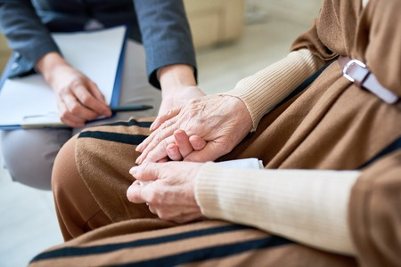 심리학자 돕는 노인 환자