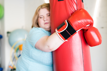 Tired Obese Woman Training in Gym Stockfoto