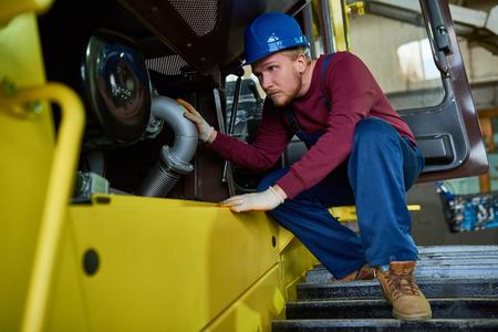 Fixing Heavy Vehicle Reklamní fotografie - 100780227