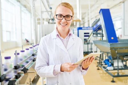 Inspecteur souriant à l'usine de lait de soja