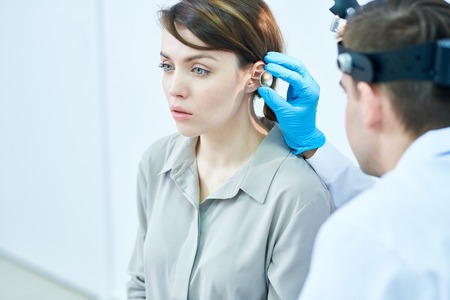 Audiologist Examining Hearing Banque d'images